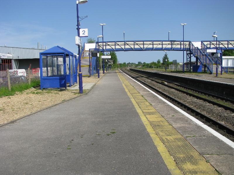 Newbury racecourse station platform 2 for Salonarji s platformo